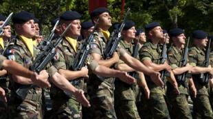 Des soldats français (à gauche) et allemands (à droite) défilent lors du 14 juillet 2009 à Paris.