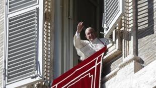 Papa Francisco acena para os fiéis na Praça São Pedro, no Vaticano.