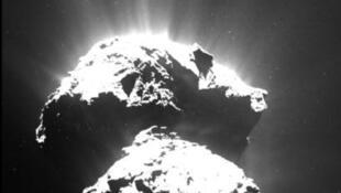 Sao chổi Tchouri, được tầu thăm dò Rosetta chụp ảnh vào tháng 07/2015.
