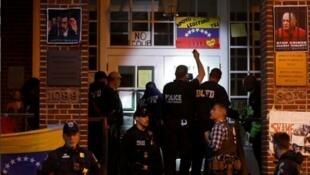 美國警察在委內瑞拉使館前 2019年5月13日 周一 USA : La police américaine est devant l'ambassade du Venezuela à Washington lundi 13 mai 2019.