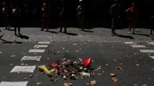Un improvisado homenaje en las calles de Barcelona por las víctimas del atentado que terminó con la vida de 13 personas.