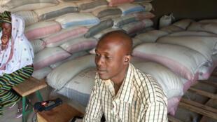 Abdoulaye Zongo, coordonnateur de l'association Aidons l'Afrique Ensemble, dans le grenier central à Séguénéga.