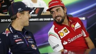 Sebastian Vettel, ainda com o macacão da Red Bull, conversa com Fernando Alonso (à direita), que deixou a Ferrari, no dia 20 de novembro, no circuito de Abu Dhabi.