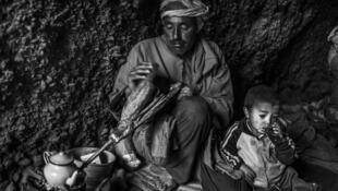 Mohamed prépare le thé avant de quitter la grotte. « Nous sommes nés pour travailler, vivre et mourir. » Tinfgam, dans le Haut Atlas, 2016.