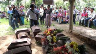 Les familles guatemaltèques enterrent en juillet 2006 à San Martin Jilotepeque les restes des victimes tuées en 1982.