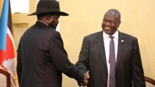 Shugaban Sudan ta Kudu Salva Kiir yayin gaisawa da tsohon madugun 'yan tawaye Riek Machar.