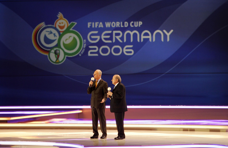 ប្រធានគណៈកម្មាធិការរៀបចំការប្រកួតបាល់ទាត់ពិភពលោក ឆ្នាំ២០០៦ លោក Franz Beckenbauer និងប្រធាន Fifa លោក Sepp Blatter  ថ្ងៃទី៩ធ្នូ ២០០៥