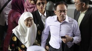 انور ابراهیم، رهبر مخالف دولت مالزی بهمراه همسرش هنگام ورود به دادگاه. ٢١ بهمن/ ١٠ فوریه ٢٠١۵