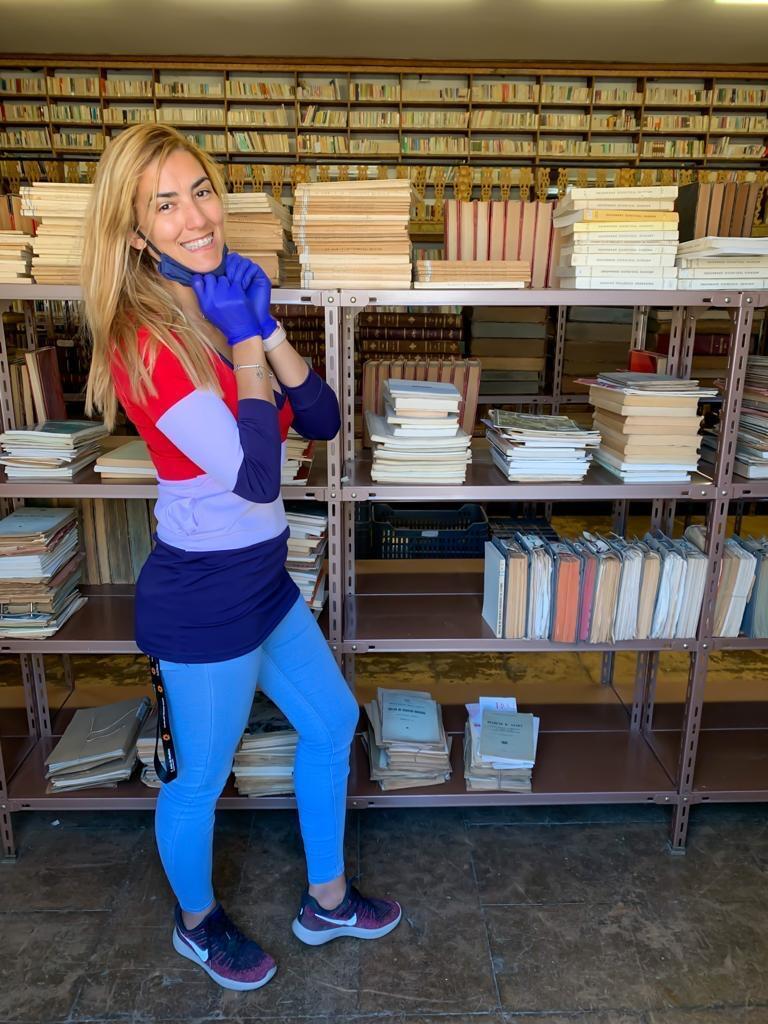 A estudante Camila Dutra trabalha na biblioteca para ajudar a pagar os estudos.