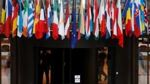Флаги государств-членов ЕС в здании Европейского совета в Брюсселе, 18 октября 2017.