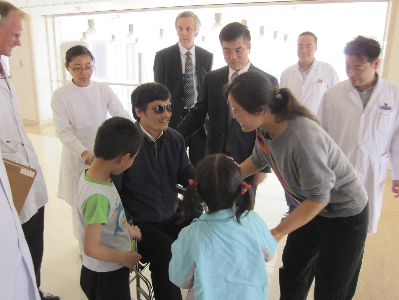 Чень Гуанчен с женой, детьми и представителями посольства США в госпитале Пекина 02/05/2012