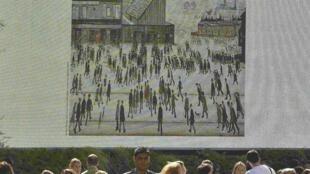 """Painel eletrônico mostra a pintura 'Going to the Match', de L.S. Lowry, exibida em Londres, parte do evento """"Art Everywhere""""."""