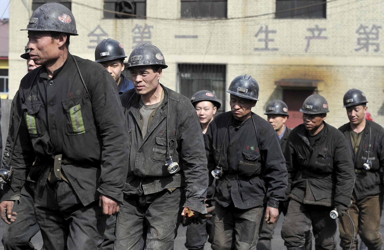 存档图片:姜家湾煤矿 2015年4月20日 Des secouristes sortent de la mine de charbon où 16 mineurs ont été retrouvés morts et 5 autres sont restés bloqués dans la mine inondée. Datong, le 20 avril  2015.