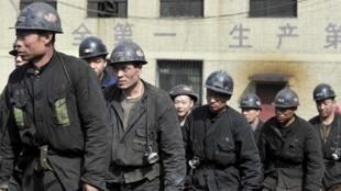 存檔圖片:姜家灣煤礦 2015年4月20日 Des secouristes sortent de la mine de charbon où 16 mineurs ont été retrouvés morts et 5 autres sont restés bloqués dans la mine inondée. Datong, le 20 avril  2015.
