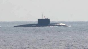 一艘在日本南部島嶼和沖繩之間行駛、被日本認為屬於中國的潛水艇。