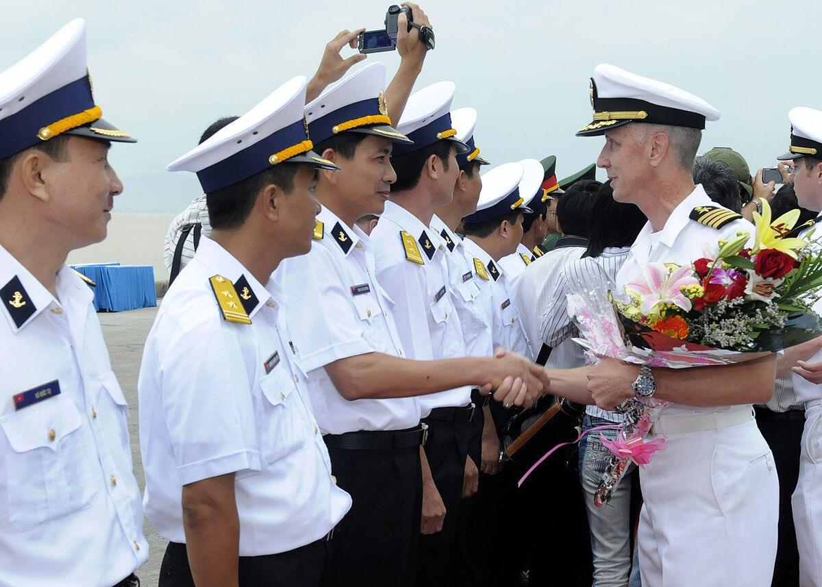 Hải quân Việt - Mỹ giao lưu. Trong ảnh, hạm trưởng USS Blue Ridge gặp các sĩ quan hải quân Việt Nam tại Đà Nẵng, 07/11/2009.