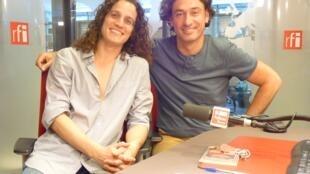 El bandoneonista Juanjo Mosalini y el contrabajista Leonardo Teruggi en los estudios de RFI.