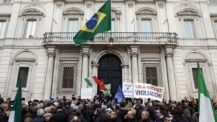 Manifestação em frente da embaixada do Brasil em Roma em 4 de janeiro de 2011.