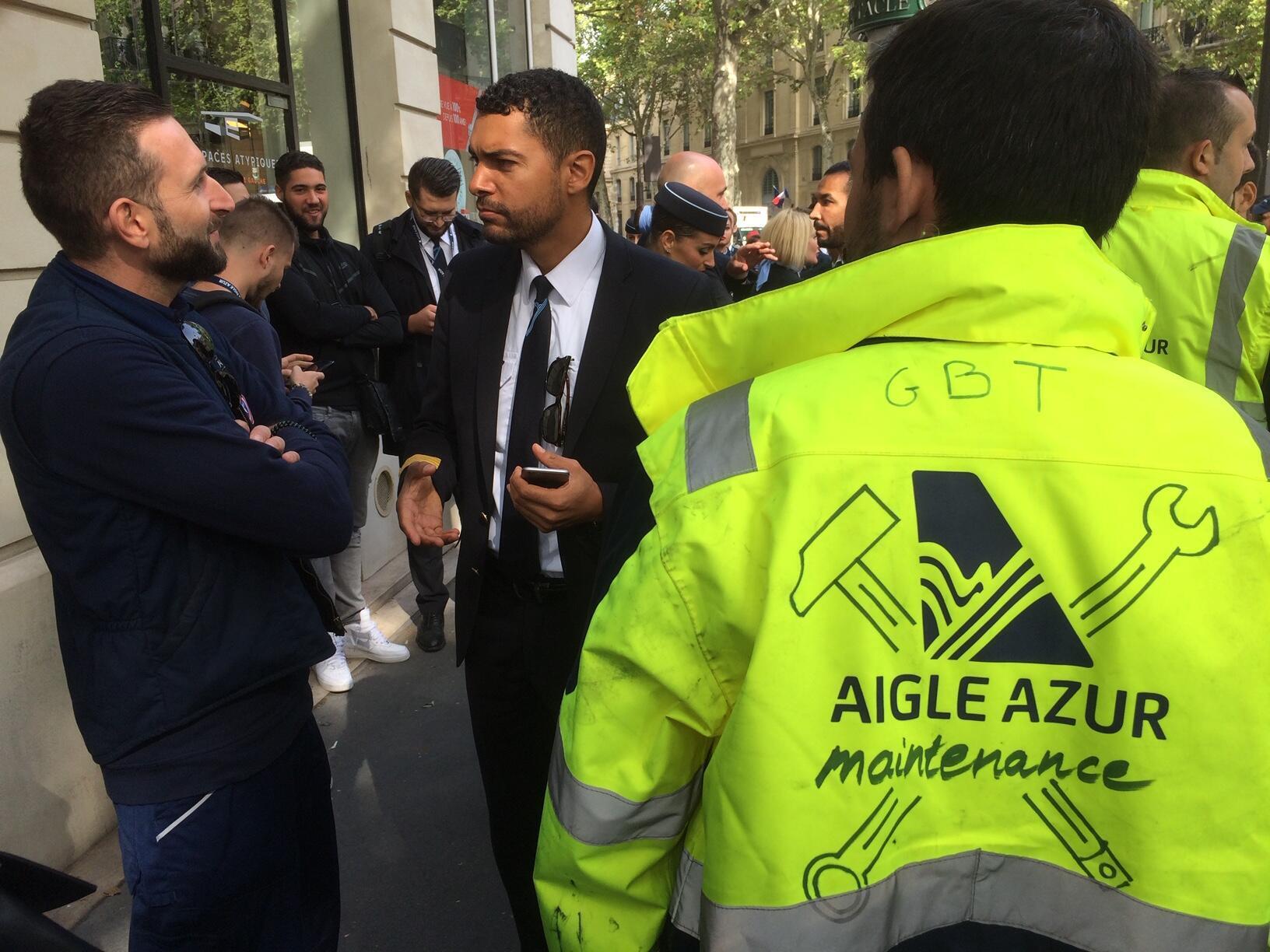 Os funcionários da empresa Aigle Azur se reuniram diante do Ministério dos Transportes da França
