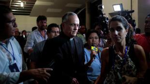 El Obispo de Managua Silvio Báez saliendo de una conferencia de prensa el 7 de junio de 2018.