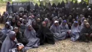 Reprodução de vídeo com réfens sequestradas pelo Boko Haram na Nigéria.