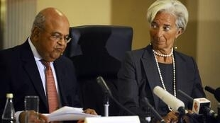 A diretora do FMI, Christine Lagarde, ao lado do Ministro das Finanças da África do Sul, Pravin Gordhan.