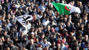 Manifestation contre un cinquième mandat d'Abdelaziz Bouteflika, le vendredi 22 février 2019 à Alger.