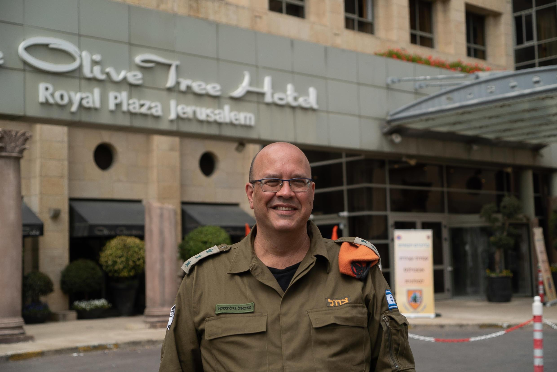 O coronal da reserva Michael Gilinsk em frente a um dos hoteis em Jerusalém para doentes ou suspeitos de ter coronavírus (Foto - Forças de Defesa de Israel)