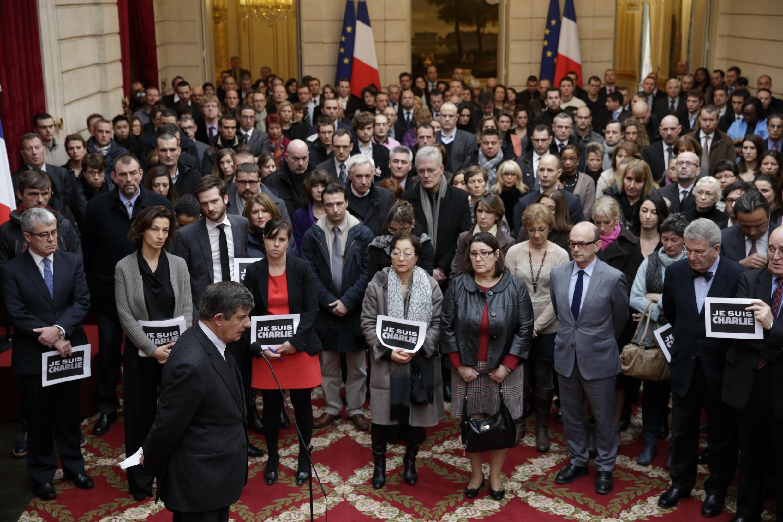 Funcionários do Palácio do Elysée, sede da presidência francesa, fazem um minuto de silêncio em homenagem às vítimas do atentado contra o jornal Charlie Hebdo.