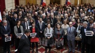 Le personnel du palais de l'Elysée observe une minute de silence en hommage aux victimes de «Charlie Hebdo».