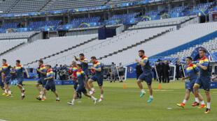 L'équipe de Roumanie de football s'entraîne sur la pelouse du Stade de France, le 9 juin 2016, en vue du matche d'ouverture de l'Euro.