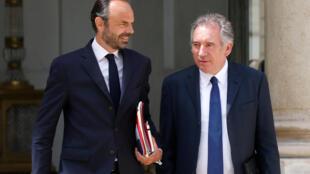 資料圖片:法國政府總理埃德華-菲利普(左)2017年5月31日與時任司法部長貝魯一起離開愛麗舍宮總統府。
