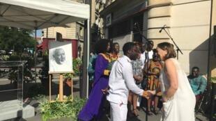 Béatrice Soulé, veuve du sculpteur Ousmane Sow, salue les membres de la chorale qui s'apprêtent à rendre un hommage en musique, à l'occasion de l'inauguration de la place Osmane Sow, à Paris, ce samedi 29 juin 2019.