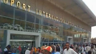 Capture d'écran d'une vue de l'aéroport international de Moroni Hahaya dans la Grande Comore.