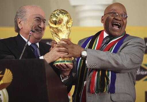 Le président sud-africain Jacob Zuma (d) avec le président de la Fifa Sepp Blatter à Pretoria, le 6 juin 2010, lors de la conférence de presse du lancement de la Coupe du monde.