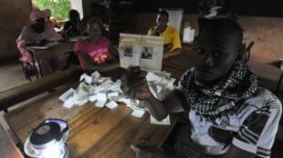 Opération de dépouillement dans un bureau de vote de Bamako, ce dimanche 11 août dans la soirée.