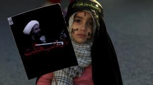 Menina xiita participa de protesto contra a Arábia Saudita no Paquistão.