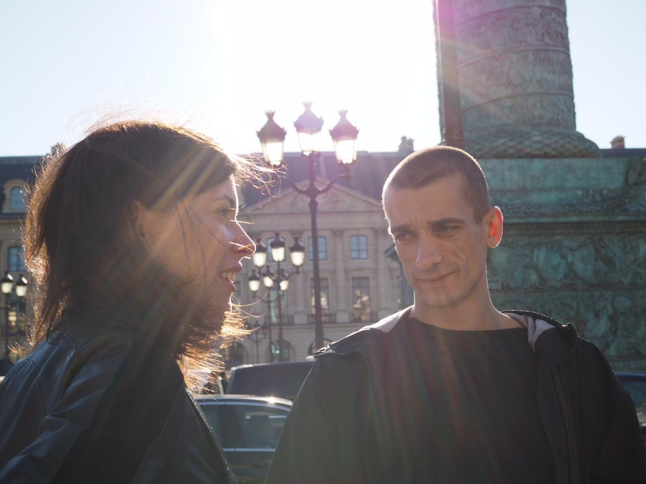 Петр Павленский в Париже на Вандомской площади дает интервью корреспонденту RFI, 5 октября 2016 года
