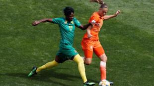 Gaëlle Enganamouit, à la lutte avec la Néerlandais Anouk Dekker lors du Mondial 2019.