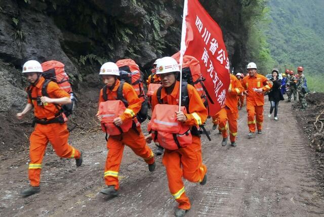 As equipes de socorro enfrentam dificuldades para chegar a Baoxing no domingo, 21 de abril de 2013, um dia depois do terremoto que destruiu boa parte da localidade.