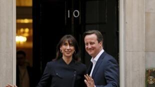 David Cameron e sua esposa na entrada da residência oficial do chefe de governo  britâncio, em 8 de maio de 2015.
