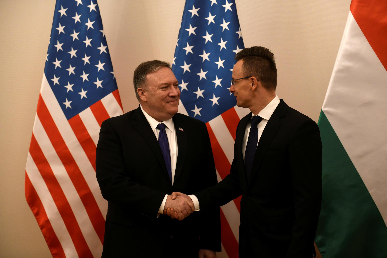 Госсекретарь Майк Помпео (слева) и глава МИД Венгрии Петер Сийярто. 11.02.2019. Будапешт