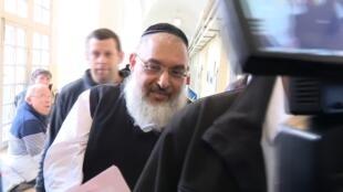 Aharon Ramati sendo levado pela polícia, após meses investigação.