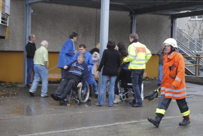 Bombeiros socorrem trabalhadores com problemas de mobilidade no Instituto Caritas de Titisee-Neustadt, na Alemanha.