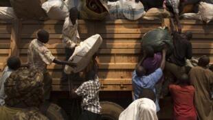 Des habitants du quartier PK13, à Bangui, entassent leurs biens sur un camion avant de fuir la ville, le mercredi 22 janvier.