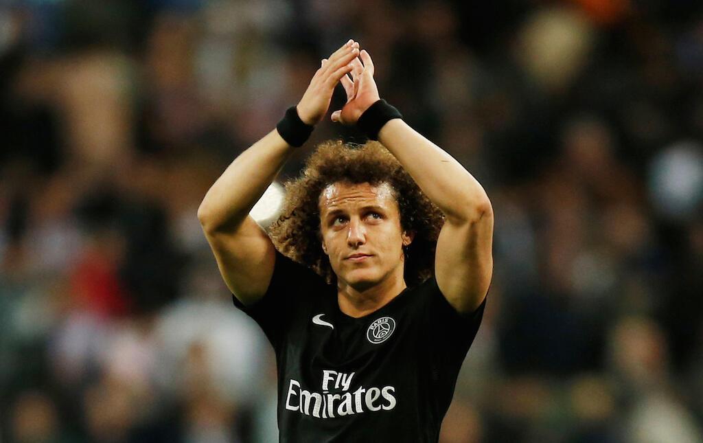 Aliyekuwa mchezaji wa PSG ya Ufaransa David Luiz akiwapungia mkono mashabiki wake, sasa amejiunga tena na klabu yake ya zamani ya chelsea