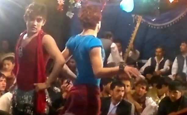 Garotos vestidos de mulheres dançam para uma plateia de homens influentes no Afeganistão