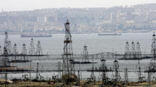 Torres de perforación de petróleo en la costa del mar Caspio en Azerbaiyán.