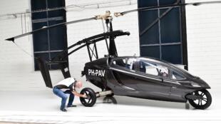 Markus Hess, directeur marketing du constructeur de voitures volantes hollandais PAL-V, pose à côté de l'un des prototypes de l'entreprise, au siège de PAL-V à Raamsdonksveer aux Pays-Bas, le 30 mai 2017.