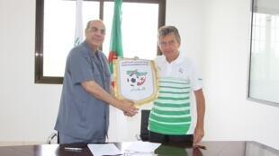 Le Français Christian Gourcuff avec le président de la Fédération algérienne de football, Mohamed Raouraoua.